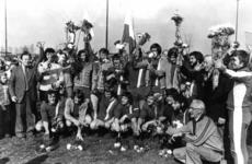 91180 Groepsportret van het bestuur en de leden van de voetbalvereniging P.V.C.V. op het sportveldencomplex ...