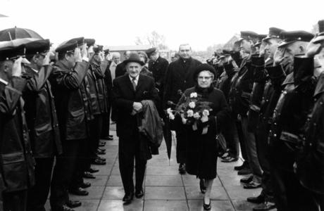 90775 Afbeelding van de ontvangst door het voltallige korps van de Vrijwillige Brandweervereniging Vleuten-Haarzuilens ...