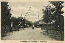 161907 Gezicht op de spoorwegovergang in de Elspeeterweg te Nunspeet.