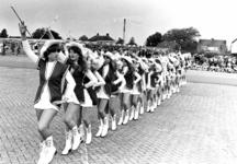 91724 Afbeelding van een opvoering door majorettes tijdens de muziekwedstrijd ter gelegenheid van het Diamantfestival, ...