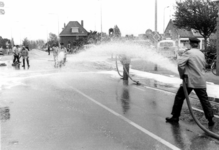 90621 Afbeelding van het schoonspuiten van het kruispunt Rijksstraatweg / Meerndijk te De Meern (gemeente Vleuten-De ...