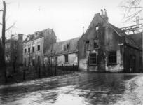 57064 Gezicht op enkele huizen op de noordhoek van de Walsteeg/Geertebolwerk te Utrecht tijdens de afbraak.