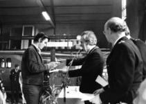 90715 Afbeelding van prijsuireiking van de provinciale brandweerwedstrijd van 1977 door burgemeester mr. H. A. C. ...