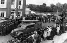 90705 Afbeelding van de parade van de brandweervoertuigen door de Dorpsstraat te Vleuten (gemeente Vleuten-De Meern) na ...
