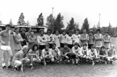91178 Groepsportret van de twee finalerende teams van het jaarlijkse voetbaltoernooi voor bedrijven in de gemeente ...
