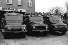 90555 Afbeelding van drie van de vier blusvoertuigen van de gemeente Vleuten-De Meern bij de brandweerkazerne ...