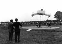 90806 Afbeelding van de demonstratie parachutespringen ter gelegenheid van de Oranjefeesten en de viering van het ...