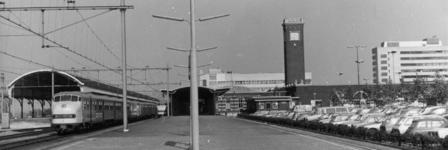 154562 Gezicht op het 1e perron van het N.S.-station Nijmegen te Nijmegen met links twee gekoppelde diesel-electrische ...