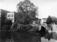 41285 Gezicht op de Politiepost Tolsteeg te Utrecht op de Bijlhouwerbrug over de Oudegracht; op de voorgrond de ...