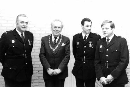 90666 Groepsportret ter gelegenheid van het afscheid van commandant J. Oostrom van de vrijwillige brandweer van Vleuten ...