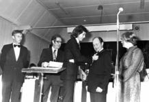 91726 Afbeelding van de uitreiking van de zilveren K.N.F.-speld door voorzitter Wisman van de K.N.F. aan A. Verhoef, ...