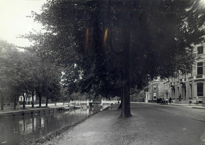 86844 Gezicht op de Catharijnesingel te Utrecht, ter hoogte van de Spoorstraat (rechts), met links de Stadsbuitengracht ...