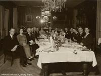 124250 Interieur van Restaurant-tearoom Maison Schmitz (Nieuwegracht 49) te Utrecht: groepsportret van de genodigden ...