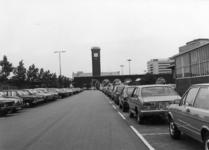 154555 Gezicht op de P+R-parkeerplaats te Nijmegen met op de achtergrond het N.S.-station Nijmegen.