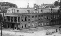 76786 Gezicht op de voor- en zijgevel van het Hotel Ballangée (Bitlstraat 1) op de hoek met de Wittevrouwensingel te Utrecht.