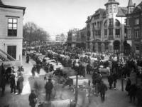 41473 Gezicht op de koeienmarkt op het Vredenburg te Utrecht; rechts de ingang van de Drieharingsteeg.