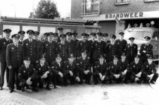 90575 Groepsportret van de leden van de vrijwillige brandweer De Meern bij de brandweerkazerne (Meerndijk 17A) te De ...