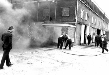 90600 Afbeelding van een brandweerwedstrijd, georganiseerd door het brandweerkorps De Meern, in het leegstaande ...