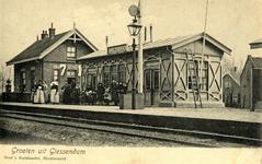 165184 Gezicht op het H.S.M.-station Giessendam-Oudekerk te Giessendam, met links wachterswoning nr. 71.N.B. De naam ...
