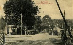 165186 Gezicht op de spoorwegovergang in de Nieuwe Hoven te Gorinchem.