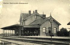 165195 Gezicht op het H.S.M.-station Hardinxveld-Giessendam tussen Hardinxveld en Giessendam.