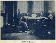 119192 Interieur van de Drukkerij van het Utrechts Nieuwsblad (Rietsteeg) te Utrecht: redactiekamer.N.B. Het adres is ...