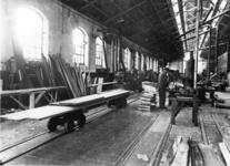 166305 Interieur van de Centrale Werkplaats van de N.S. te Haarlem (of Utrecht?): loods voor houtbewerking.