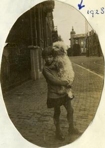 125117 Afbeelding van Margot (Gosje) Nicolaï, met haar hondje, voor haar geboortehuis J.W. Frisostraat 4 te Utrecht; op ...