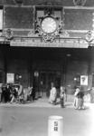 166661 Gezicht op de luifel van het N.S.-station Amsterdam C.S. te Amsterdam, met de leus: Reist op 8-daagsch abonnement .