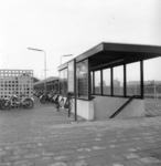 166718 Gezicht op de toegang tot de perrontunnel van het N.S.-station Gorinchem te Gorinchem, met op de achtergrond de ...