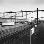 166758 Gezicht op het N.S.-station Leeuwarden te Leeuwarden, met op de achtergrond de loods van Van Gend & Loos.