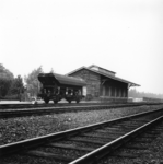 166759 Gezicht op de goederenloods van het N.S.-station Sliedrecht te Sliedrecht.