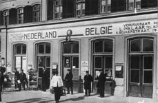 166844 Gezicht op een gedeelte van de voorgevel van het N.S.-station Zutphen te Zutphen, met reclame voor (kaartjes ...