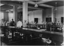 128336 Interieur van het Laboratorium voor Fysiologische Chemie van de Faculteit Geneeskunde van de Rijksuniversiteit ...