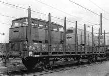 166997 Afbeelding van het vervoer van Volkswagenbusjes met rongenwagens op het emplacement te Amersfoort.