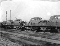 166998 Afbeelding van het vervoer van personenauto's (Citroëns) per trein te Amsterdam.