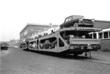 167012 Afbeelding van het vervoer per trein van Fiat's naar de firma Leonard Lang (importeur Fiat) te Amsterdam (bij ...