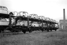 167013 Afbeelding van het vervoer per trein van Fiat's naar de firma Leonard Lang (importeur Fiat) te Amsterdam (bij ...