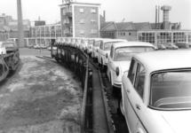 167014 Afbeelding van het vervoer per trein van Fiat's naar de firma Leonard Lang (importeur Fiat) te Amsterdam (bij ...