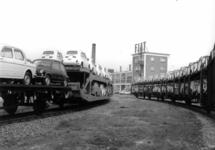 167016 Afbeelding van het vervoer per trein van Fiat's naar de firma Leonard Lang (importeur Fiat) te Amsterdam (bij ...