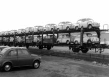 167019 Afbeelding van het vervoer per trein van Fiat's naar de firma Leonard Lang (importeur Fiat) te Amsterdam (bij ...
