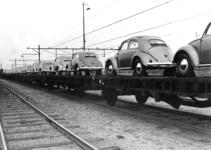 167059 Afbeelding van platte wagens, beladen met Volkswagen Kever's, op het emplacement te Amersfoort.