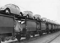 167060 Afbeelding van dubbeldekwagens voor het vervoer van auto's, beladen met Volkswagen Kever's, op het emplacement ...