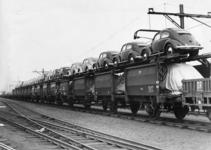 167061 Afbeelding van dubbeldekwagens voor het vervoer van auto's, beladen met Volkswagen Kever's, op het emplacement ...