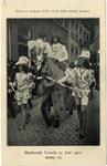 129364 Afbeelding van Koning Karel VII (E.O.J.M. van Hövell tot Westerflier), deelnemer aan de maskeradeoptocht te ...