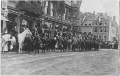 129420 Afbeelding van de erewacht van ruiters te paard, onder commando van mr. Claringbould en baron Van Boetzelaer, ...