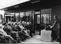 165502 Afbeelding van de opening van het nieuwe gebouw van het N.S.-station Akkrum te Akkrum, met rechts J.A. Muetstege ...
