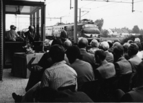 165504 Afbeelding van de opening van het nieuwe gebouw van het N.S.-station Akkrum te Akkrum, met links burgemeester J. ...
