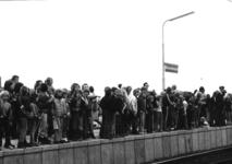 165514 Afbeelding van het publiek op het perron van het nieuwe N.S.-station Barendrecht te Barendrecht, op de dag van ...