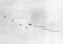 165515 Afbeelding van enkele reclamevliegtuigjes boven Barendrecht, met de tekst Nieuw station Barendrecht / wordt ...
